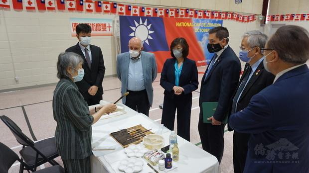 畫家張菡青(左)向賓客解說文房四寶。