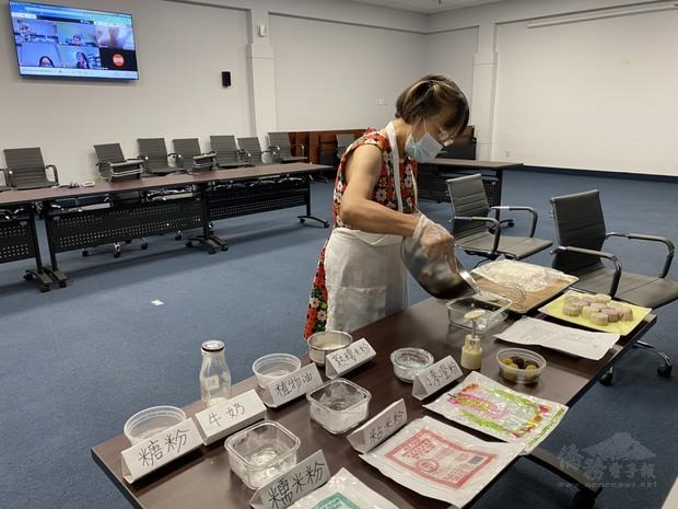 林惠敏示範冰皮月餅製作。