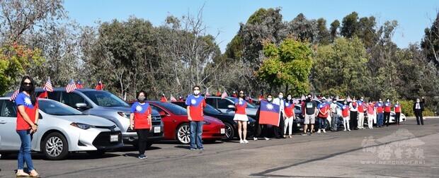 近20輛裝置中華民國及美國國旗的各式自用駕車,在北郡文教中心整裝待發,僑界人士的亮麗裝扮、旗海飄揚的遊行車都非常吸睛。
