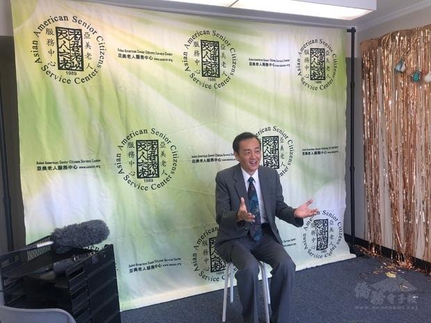 橙縣亞美老人服務中心共同會長程東海錄製短片,鼓勵每一位華裔尤其臺美人踴躍投票。