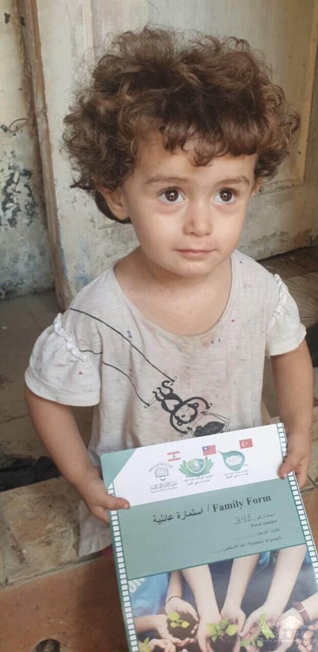 三歲的女孩兒諾拉對著志工說:可是我也很餓耶。