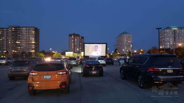 電影展播映現場,每部座車均保持距離欣賞電影。