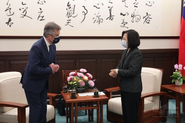 President Tsai and British Office Taipei Representative John Dennis greet each other pleasantly.