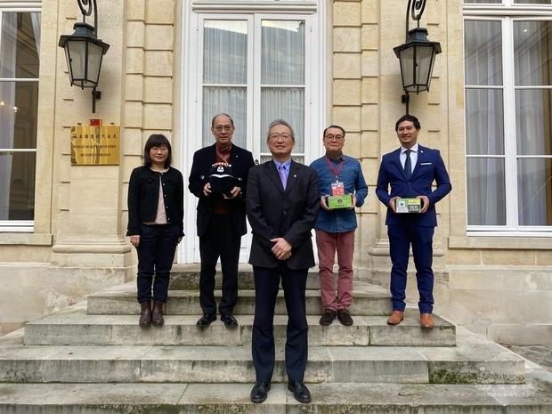 羅強施家盛獲頒僑務榮譽職聘書 吳志中勉持續為僑界服務