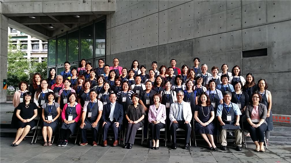 OCAC's Department of Overseas Chinese Business Deputy Director-General Lai (sixth sitting individual from the left), Shih Chien University President Chen (fifth sitting individual from left) joined the trainees for a photo.