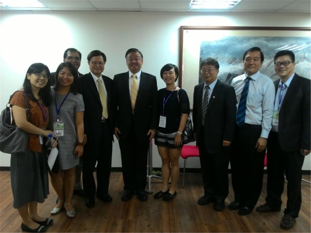 Vice Minister Roy Yuan-Rong Leu joins the attendees for a photo