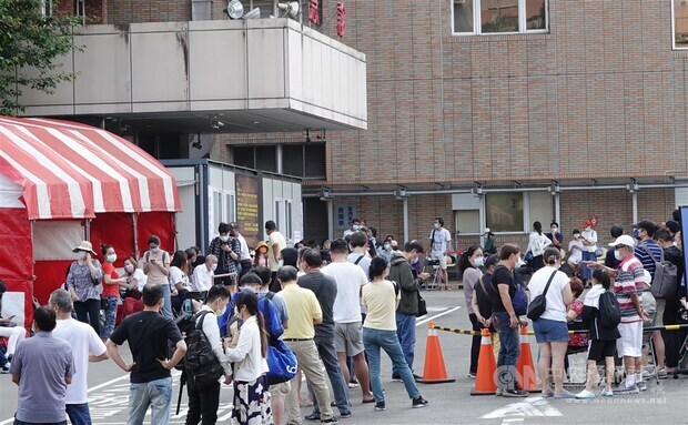 People wait in lines to get a COVID-19 test in a testing site set up in Taipei. CNA photo May 15, 2021