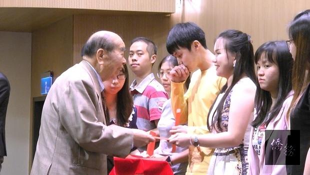海內外各界善心人士頒贈僑(華)生獎學金,肯定獲獎學子學業和品德。(左1為僑務諮詢委員謝來興)