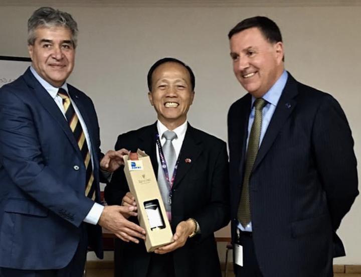 李訓銘與智利北部伊基克自由貿易區總經理交換禮物