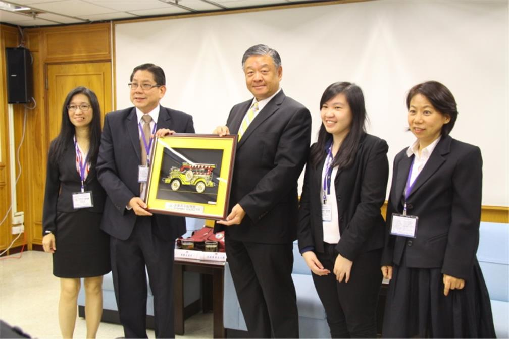 Dynamic Youth Inc. delegation leader Enrique Chua Yap presented a souvenir and joined a photo with OCAC Vice Minister Roy Yuan-Rong Leu