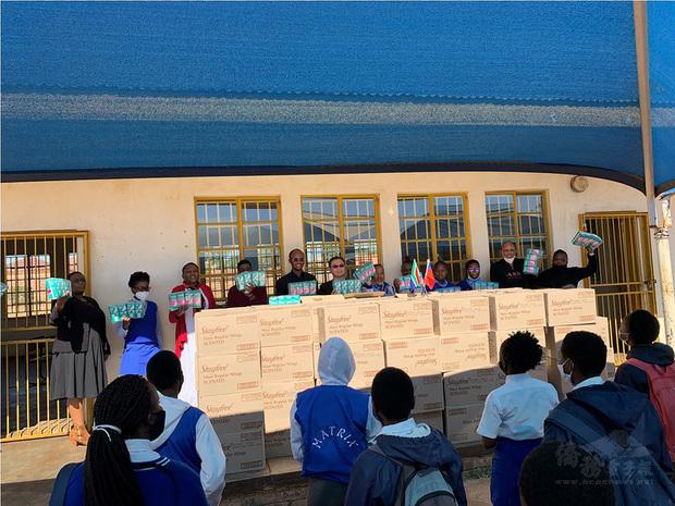 駐南非代表賀忠義代表中華民國政府捐贈當地偏鄉地區3所中學女性衛生用品。圖為賀忠義(左6)與嘉賓和莫魯爪中學師生,以及所捐贈的女性衛生用品合影。(駐南非代表處提供)