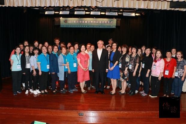由僑務委員會主辦,中國文化大學承辦的菲律賓華文教師研習班7日進行始業式,總共36位教師參加,僑委會主任秘書張良民(前排左9)主持始業式。