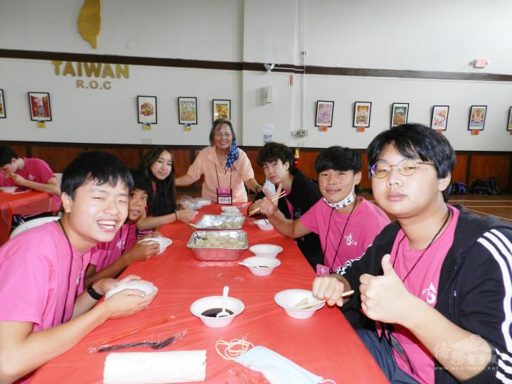 會員和志工老師享受美食