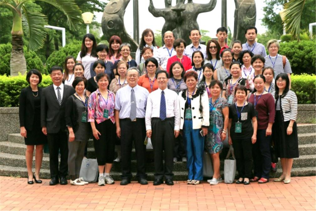 OCAC's Department of Overseas Chinese Business Director-General Shu-Hwa Wong (sixth individual from right in front row) and NKUHT Vice President Chiang-Tung Pan (seventh individual from right) joined the trainees for a photo.