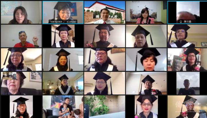 江佳慧(上排左1)祝賀空大加拿大學士專班畢業生畢業快樂。