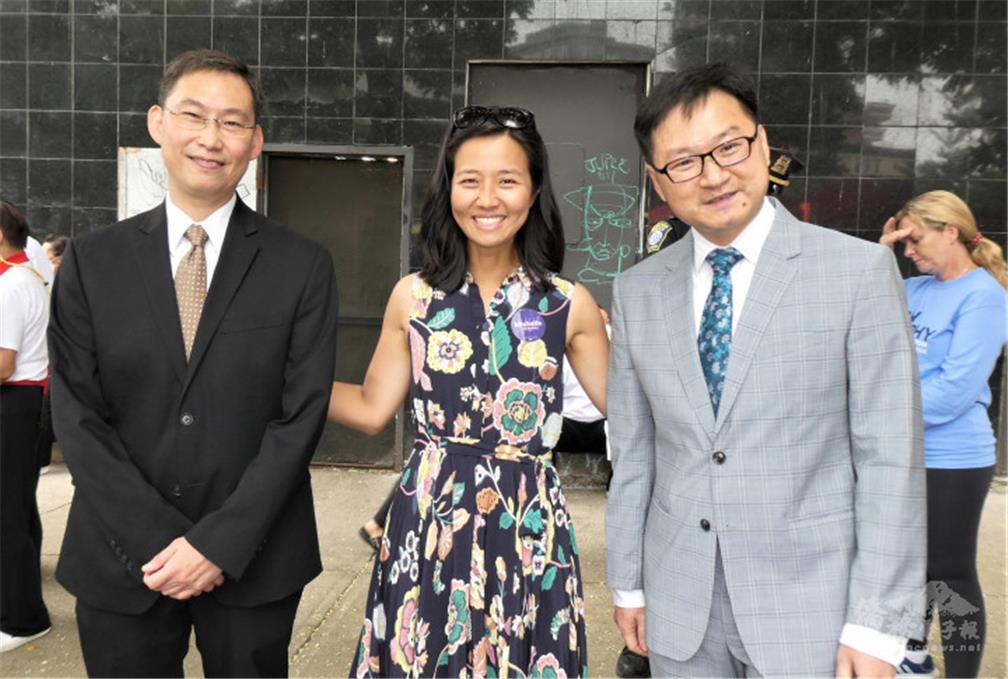 父母來自臺灣的吳弭(Michelle Wu)(左二)正競選波士頓市市長,和駐波士頓經文處處長孫儉元(左一),波士頓僑教中心主任潘昭榮(左三)合影.jpg
