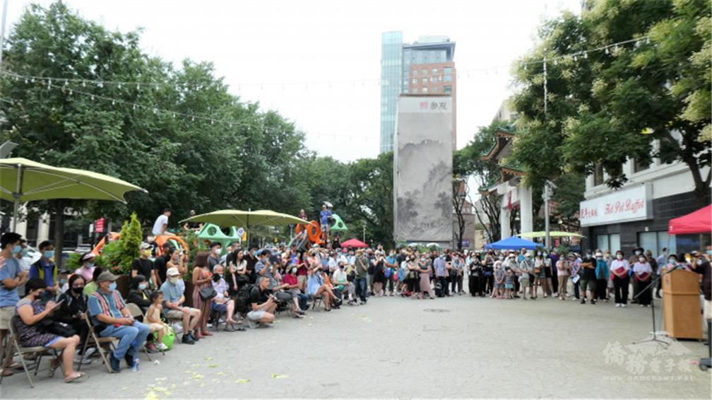 群眾圍坐在華埠牌樓旁的公園,欣賞演出。(周菊子攝).jpg