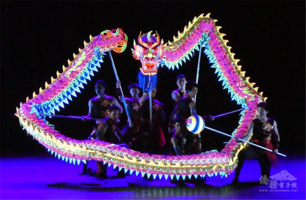 霓虹螢光彩龍是中華民俗藝術工作坊獨有的表演項目.jpg