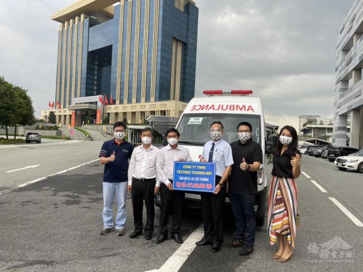 東昌系統工程張慶煌(右三)捐贈1部救護車