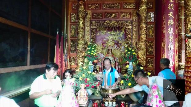 巧聖廟信徒向天上聖母獻香