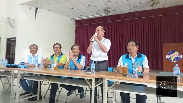 巧聖廟下屆主任委員當選人蔡炳烈(立者)發表感言,楊吉村(右一)、李天柒(左三)、許吉本(左二)在座