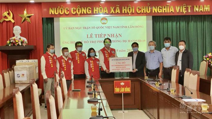 林同臺商會會長施傳寶(左五)率領會職幹部代表會員向林同省越南祖國陣線委員會捐贈醫療物資