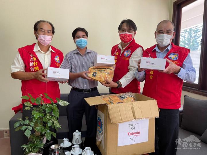 施傳寶會長(右二)率領會員向保祿市人民委員會捐贈醫療物資
