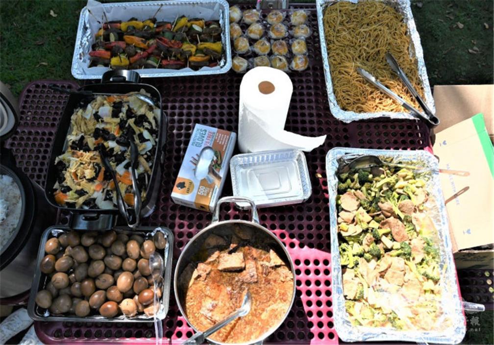 熱心的大姊姊親自下廚,免費為同學們烹煮了許多美食。(HTSA提供).jpg