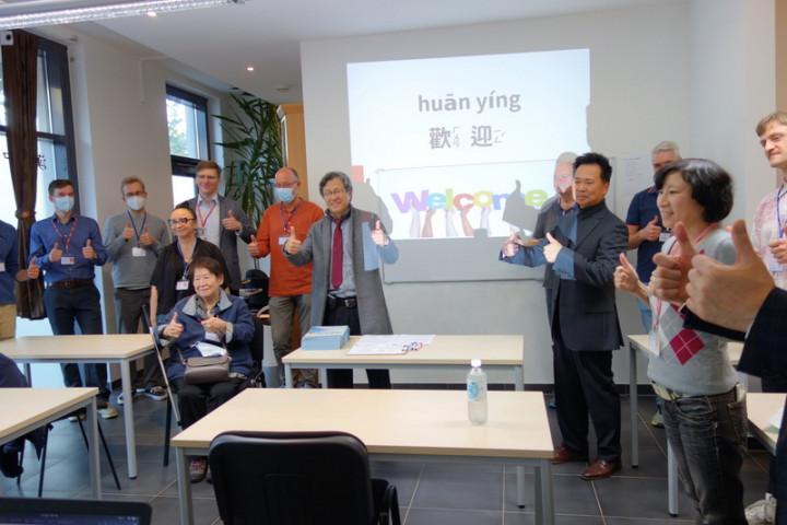 德國第一所台灣華語文學習中心22日在漢堡揭牌,駐德代表謝志偉特地到場祝賀。(僑委會提供)