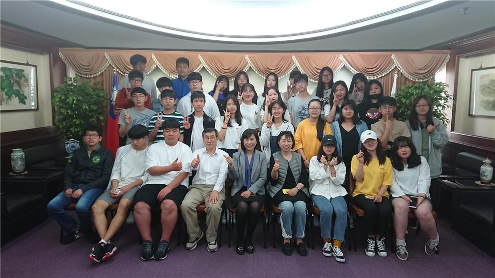 Rong, the Director of Department of Education Affairs (OCAC.), welcomes students and teachers from Overseas Chinese High School Busan Korea.