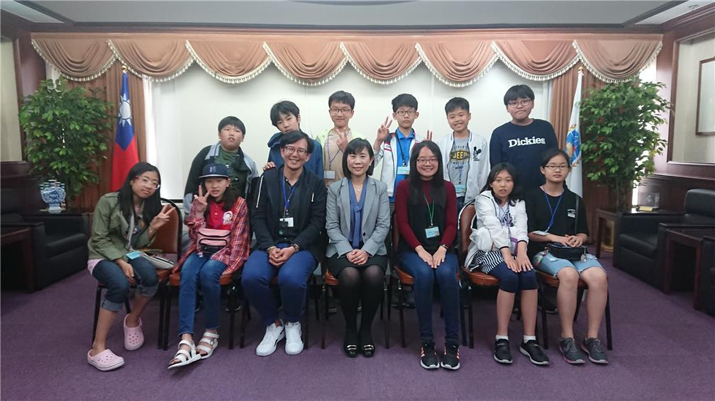 Overseas Chinese Elementary School Busan Korea students and teachers with Director Rong (middle in front row).