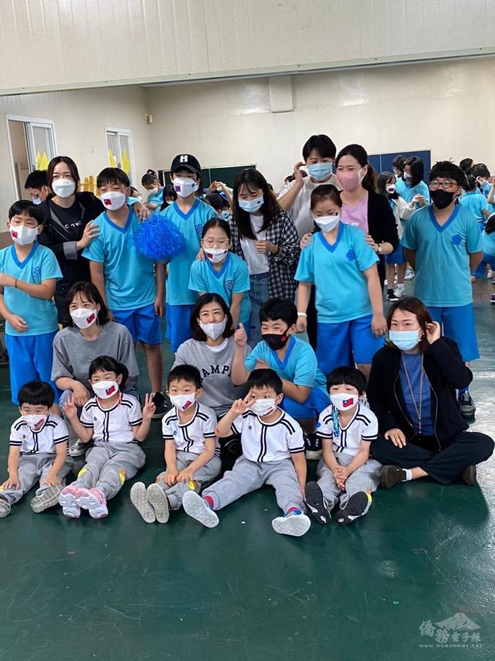 水原華僑中正小學師生帶著國旗口罩歡度雙十國慶運動會