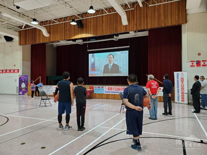 比賽現場播放僑委會童振源委員長為雙十國慶預錄的致詞影片共慶雙十。