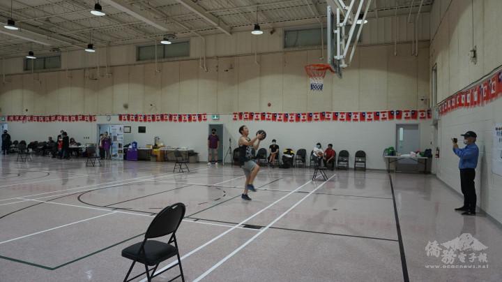 參加比賽球員專注三分球投籃情形。