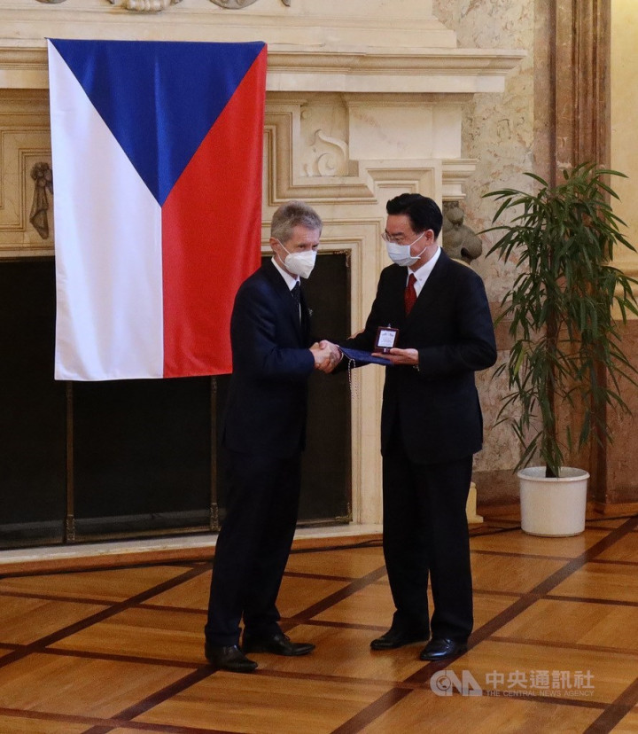 Foreign Minister Wu speaks out against authoritarianism in Prague