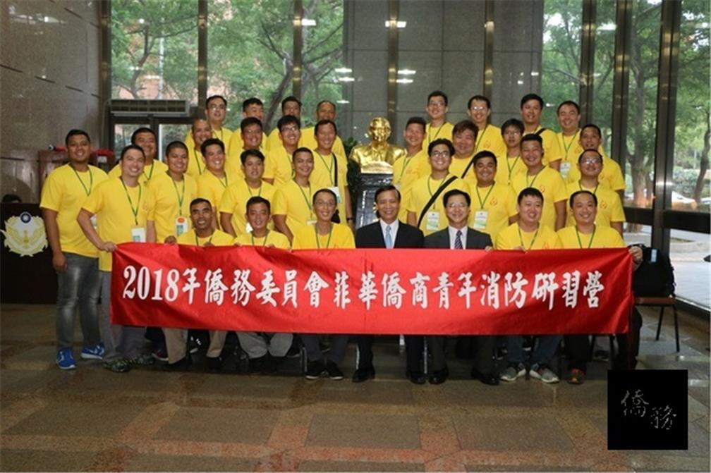 OCAC Deputy Minister Kao Chien-chih in a commemorative group photo with trainees