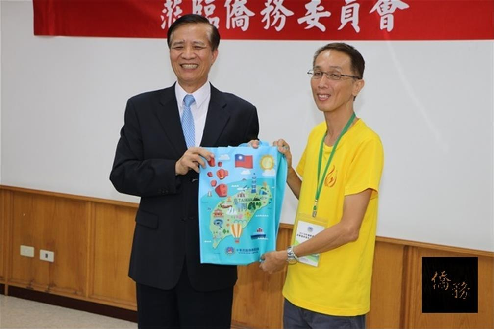 OCAC Deputy Minister Kao Chien-chih presented a souvenir to the trainees