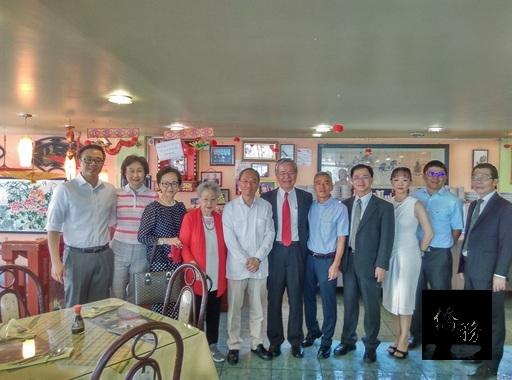 吳新興成功號召榮譽會長侯偉麗經營的「東風」與「松」日本料理餐廳,未來僑友持僑胞卡於該兩間餐廳消費將可享10%折扣。(中央社提供)
