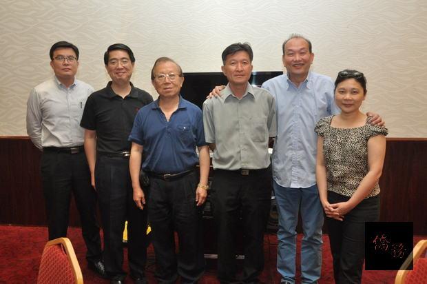黎輝(右2)當選第25屆會長與當選副會長莊慧菁 (右1)及其他理、監事等幹部合影。
