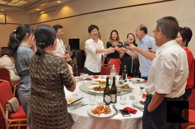 法國臺灣青商會新屆(第7屆)會長游惟涵(左5)敬酒感謝法國臺灣商會前輩的提攜。