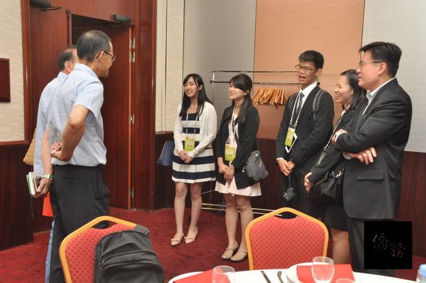 臺灣青年海外搭僑計畫法國組蘇治元、范睿慈、林家瑋、曹詠晴4位學員到場見習,與旅法僑領交流喜相逢。