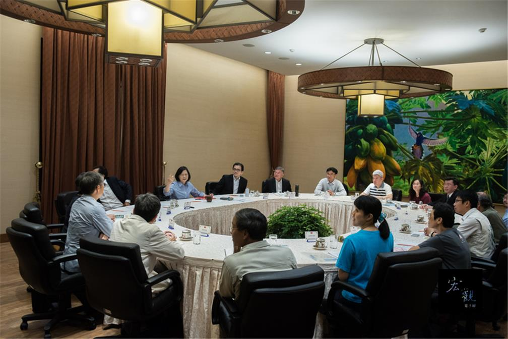 President meets with environmental groups