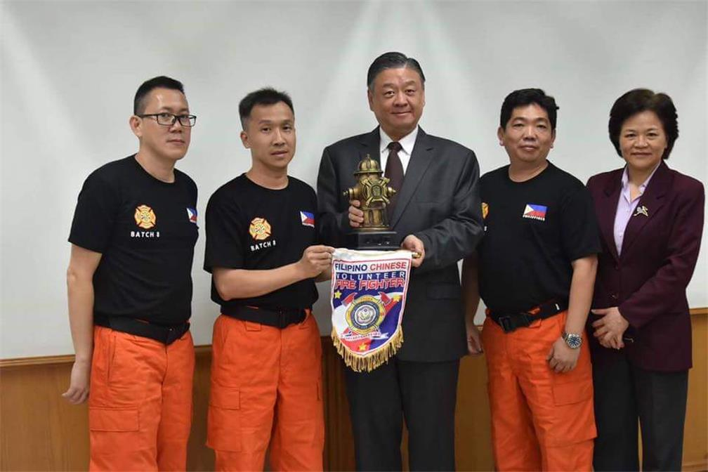 Mr. Roy Yuan-Rong Leu,Vice Minister of OCAC, presents OCAC's accept memorial souvenir from the head of the 2017 Young Filipino-Chinese Firefighters Camp.