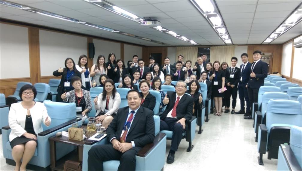 Group photo of Jane Huang and the delegates
