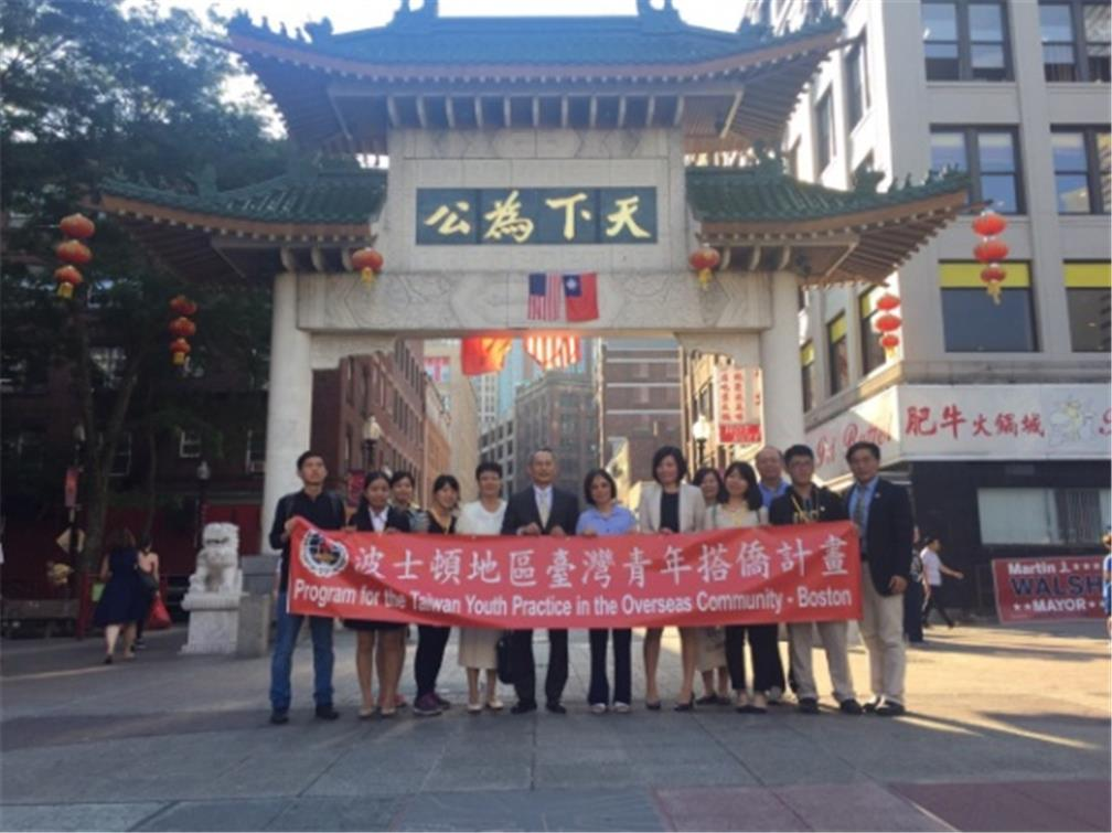 Group photo in front of Chinatown paifang gate