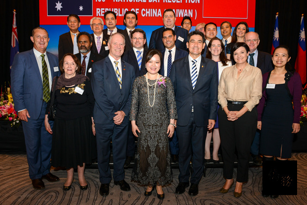 駐雪梨辦事處處長王雪虹(首排中)與來賓合影留念。(雪梨僑教中心提供)