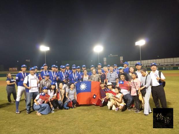 桃園市平鎮高中青棒代表隊獲得冠軍與僑胞合影。