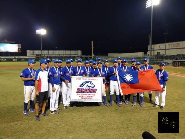 桃園市平鎮高中青棒代表隊獲得冠軍獎牌合影。