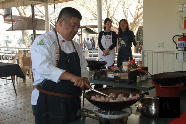 南非約堡地區臺灣美食國際巡迴講座何育任實際操作示範。