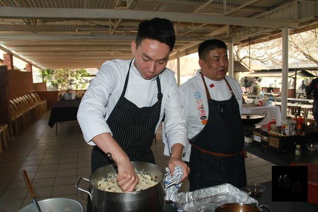 南非約堡地區臺灣美食國際巡迴講座黃星瑞老師示範麻油雞肉飯製作。